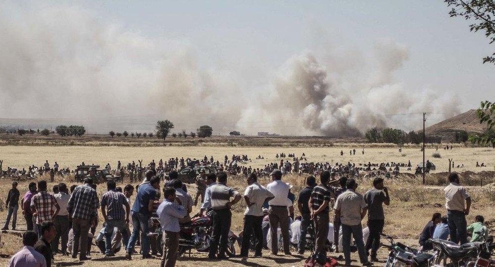 IŞİD ile Kürt gruplar arasındaki çatışmalar Kobani kent merkezinde yoğunlaştı. Öte yandan bazı vatandaşlar da sınıra yakın bölgelere gelerek gelişmeleri takip etti. Bölgeden dumanların yükseldiği görüldü.