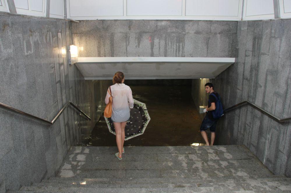 Soçi'de sağanak yağmur sonucu sular altında kalan yeraltı geçidi.