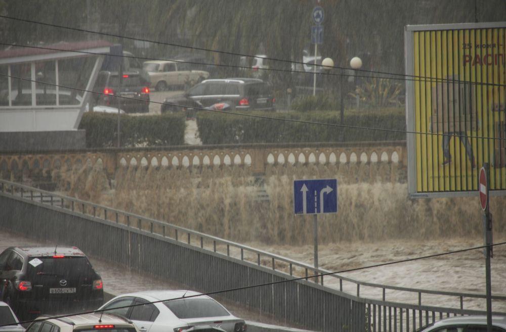 Soçi'deki yağış tropikal yağmurları andırıyor.