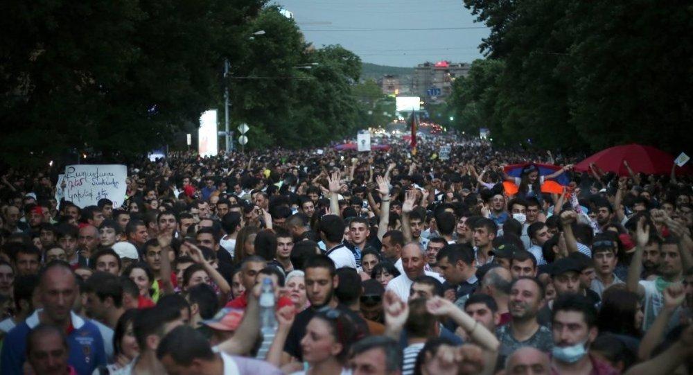 Ermenistan elektrik zammı protesto