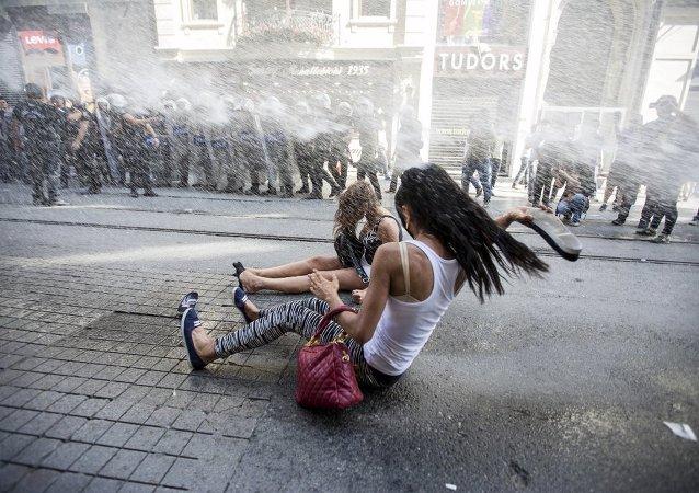 Taksim'de LGBT yürüyüşü
