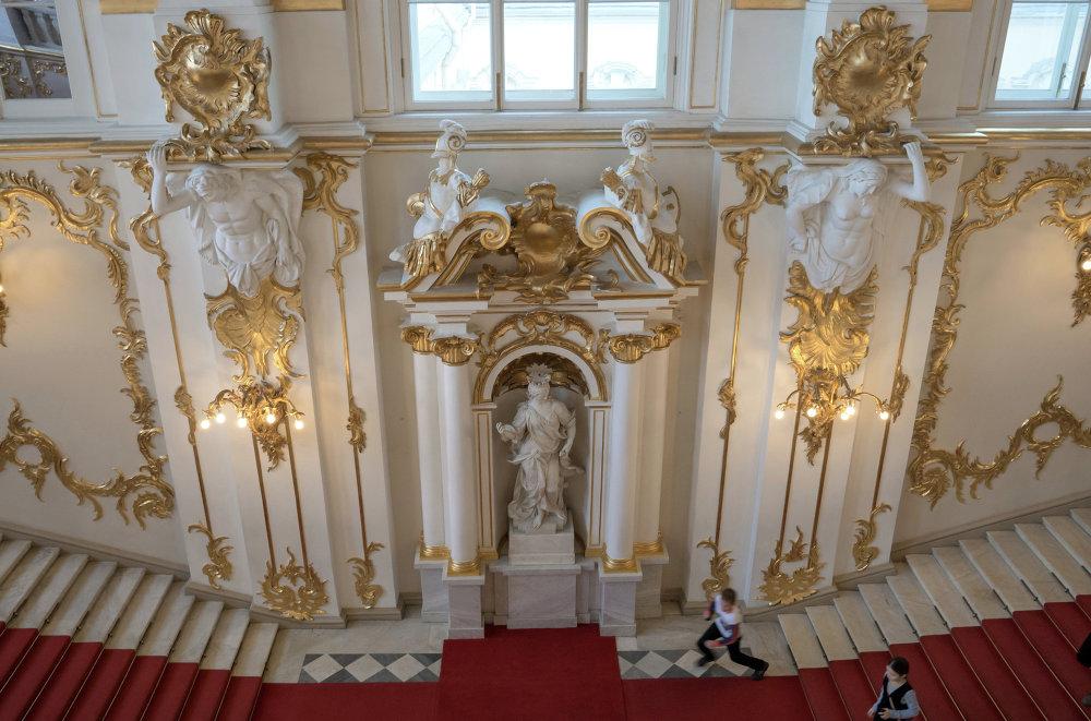 St.Petersburg'da bulunan dünyaca ünlü Ermitaj ana merdivenler