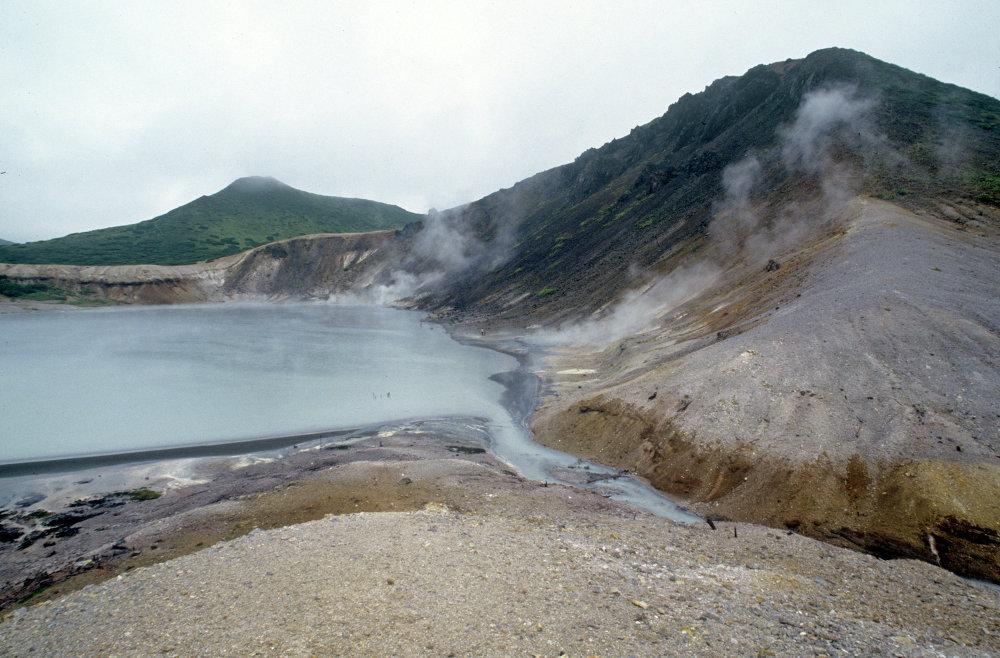 Kuril adalarında Kipyaşee  yanardağ gölü