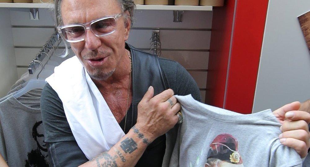ABD'li oyuncu Mickey Rourke Moskova ziyaretinde Putin baskılı bir tişört almıştı.