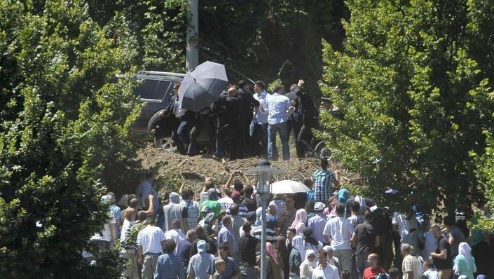 Sırbistan Başbakanı Aleksandar Vuçiç, taşlı saldırıya uğradı.