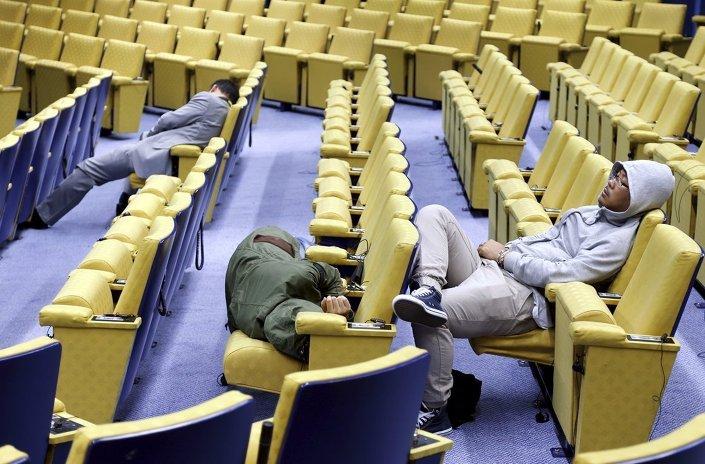 Euro Bölgesi maliye bakanları ve liderleri zirvelerinin uzadıkça uzaması basın mensuplarını da perişan etti.
