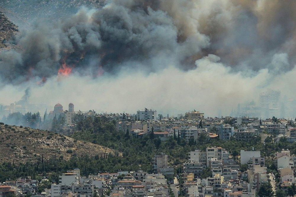 Yunanistan'ın farklı bölgelerde aynı anda başlayan yangının kundaklama sebebiyle çıktığı tahmin ediliyor.