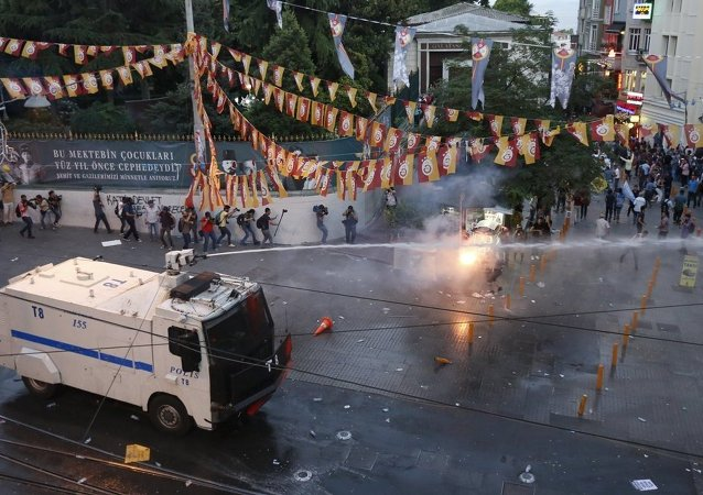 İstanbul İstiklal Caddesi'ndeki Suruç protestosuna polis müdahale etti.