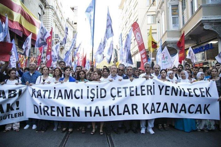 Beyoğlu'nda toplanan gruplar, Şanlıurfa'nın Suruç ilçesinde yaşanan terör saldırısını protesto etti.