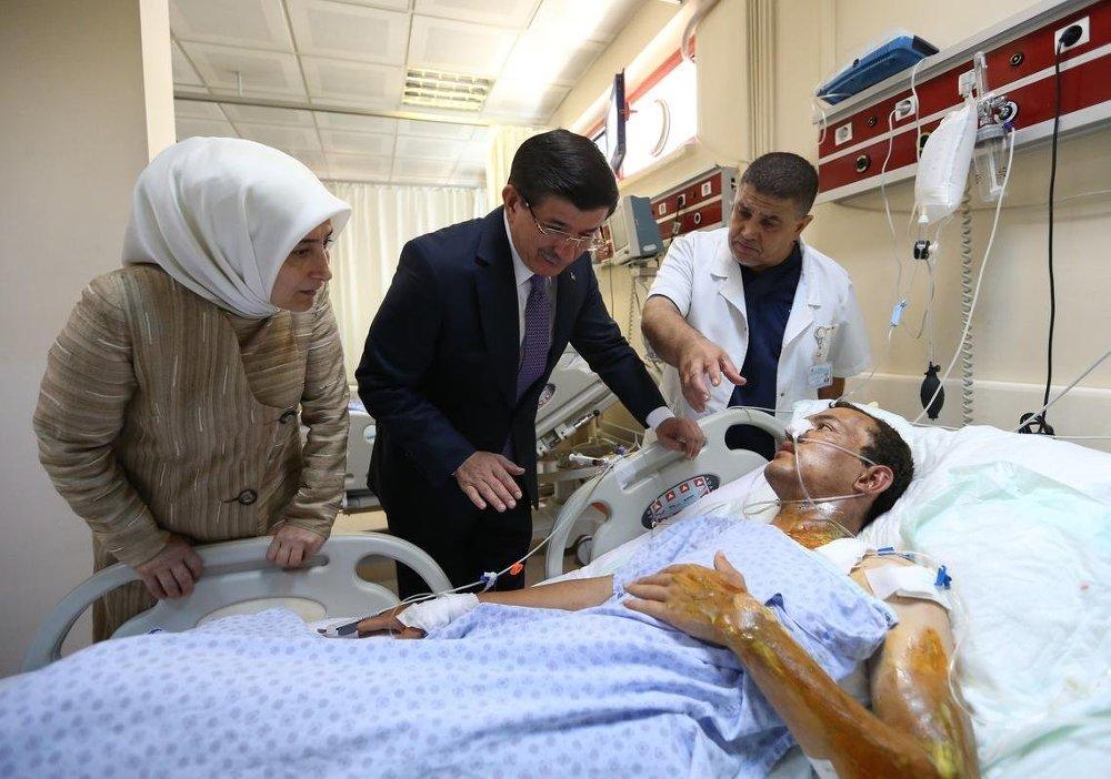 Başbakan Ahmet Davutoğlu ve eşi Sare Davutoğlu, Şanlıurfa Balıklıgöl Devlet Hastanesi'nde Suruç'taki terör saldırısında yaralananları ziyaret etti.