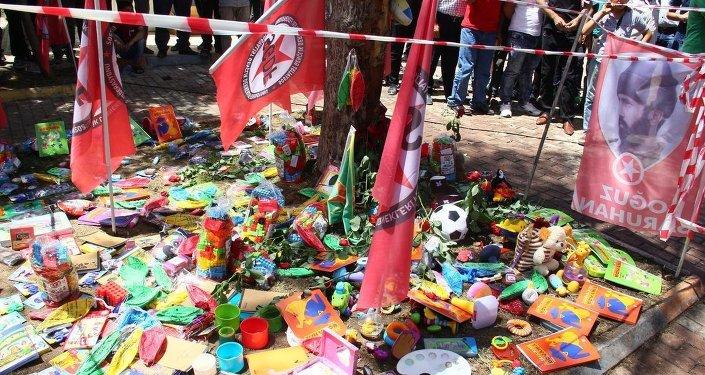 Suruç'ta patlamanın meydana geldiği alana Sosyalist Gençlik Dernekleri Federasyonu'nun (SGDF) Kobani'ye götürmek istediği oyuncaklar bırakıldı.