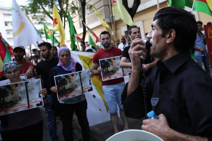 Atina'da, Şanlıurfa'nın Suruç ilçesinde düzenlenen terör saldırısını protesto eden gruplar, Türkiye'nin Atina Büyükelçiliği'ne yürüdü.