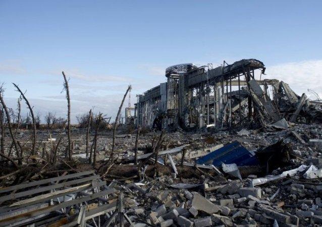 Lugansk havalimanının yıkıntılarını kaldırma çalışmaları