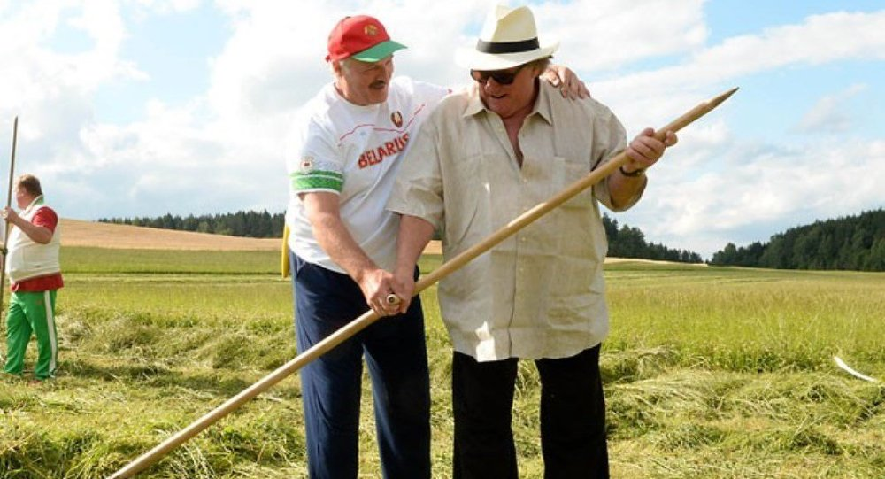 Lukaşenko, Depardieu'ya çimi tırpanlamayı öğretti