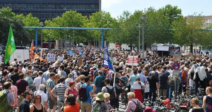 Almanya'da basın özgürlüğüne destek yürüyüşü