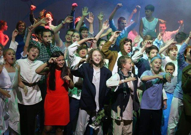 Aleksandrovsk Tiyatrosu'nda Rus Rosatom şirketinin organize ettiği Nuclear Kids-2015 projesi kapsamında sahnelenen müzikalde Rusya, Belarus, Türkiye, Macaristan, Vietnam, Ukrayna ve Çek Cumhuriyeti'nden 70 çocuk yer aldı