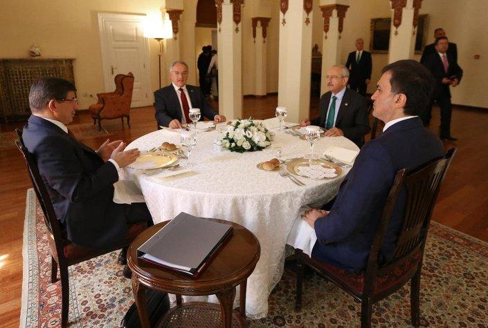 CHP Genel Başkanı Kemal Kılıçdaroğlu ile Başbakan Ahmet Davutoğlu koalisyon görüşmeleri kapsamında Ankara Palas'ta 1.5 saat bir araya geldi. Görüşmede koalisyon kurulması yönünde karar çıkmadı.