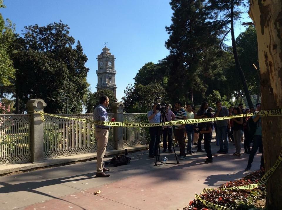 Saldırının ardından gazetecilerin Dolmabahçe Sarayı önündeki bekleyişleri sürüyor