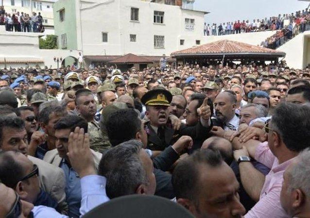 Şırnak'ta şehit olan Yüzbaşı Ali Alkan'ın cenaze namazında, şehidin ailesi hükümete ve törene katılan AK Parti milletvekillerine tepki gösterdi.