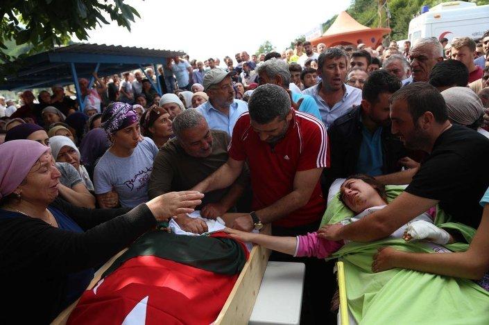 Sel ve heyelanlar nedeniyle enkaz altında kalarak yaşamını yitiren 3 kişinin cenazesi, ilçeye bağlı Yoldere köyünde toprağa verildi.