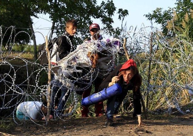 Göçmen geçişini engellemek için Sırbistan sınırına dikenli tel çekmeye devam eden Macaristan ise zirveye katılmadı. Yalnızca dün Sırbistan üzerinden 700'ü çocuk 3 bin 241 kişi ülkeye girerken, bunun Macaristan için rekor bir sayı olduğu belirtildi.
