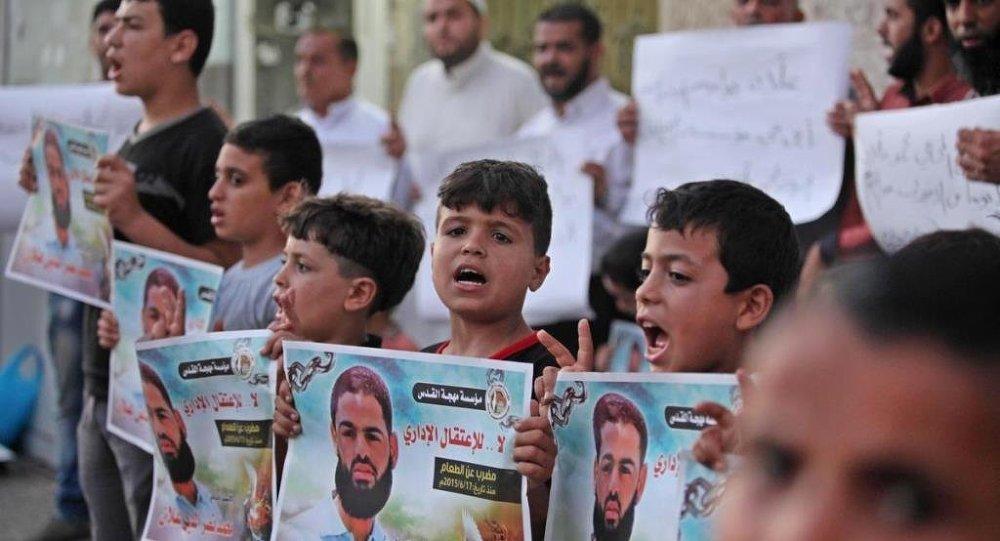 Batı Şeria'nın Nablus kentinin güneyinde düzenlenen yürüyüşte Filistin bayrakları ve Allan'ın resimlerini taşıyan çok sayıda kişi, komaya girdiği açıklanan ve durumunun kritik olduğu belirtilen Allan'ın derhal serbest bırakılması çağrısında bulundu.