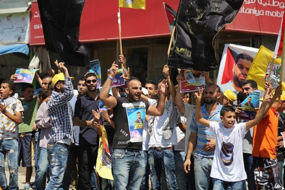 Yürüyüşe katılan Gazzeliler, Allan'ın hayatının kurtarılmasını ve bir an önce serbest bırakılmasını talep etti.