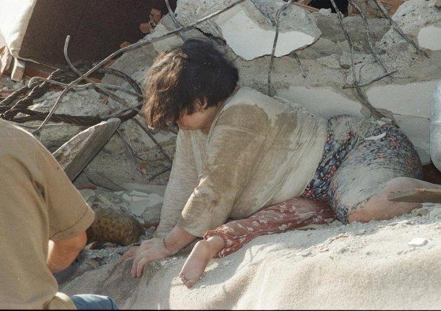 İzmit'te iki çocuğunun üstüne kapanarak onları korumaya çalışan Emine Kaçar, depremden 5 saat sonra kurtarılmıştı. Çocukları ise enkazdan ölü olarak çıkarılmıştı.