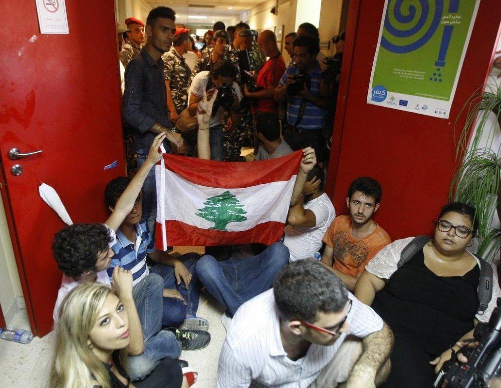 Beyrut'ta kriz sürüyor: Göstericiler Çevre Bakanlığı'nı işgal etti