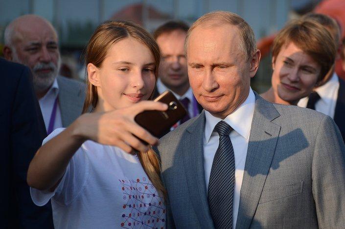 Sirius Yetenekli Çocuklar Merkezi'ndeki bazı öğrenciler, akademiyi ziyaret eden Putin'le selfie çekmeyi de ihmal etmedi.