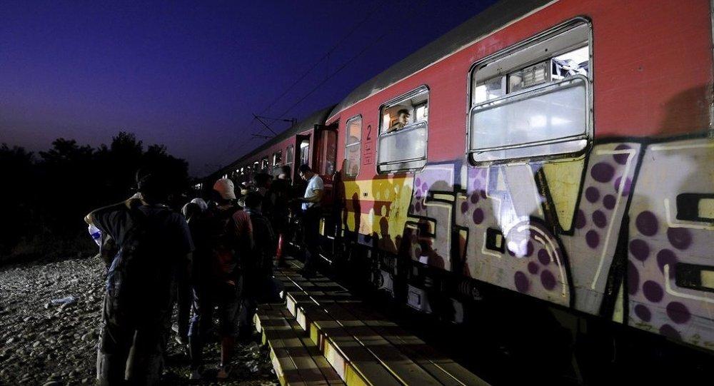 Yunanistan'dan Makedonya'ya geçmeyi başaran sığınmacılar trenlerle Macaristan'a gitmeye çalışıyor