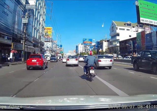 Tayland'a meteor mu düştü?