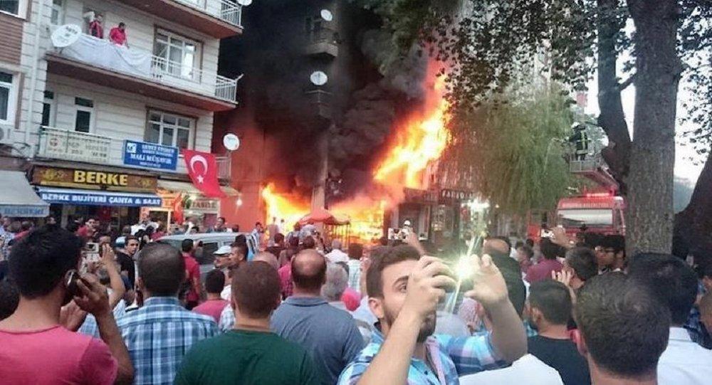 Kırşehir'de HDP'lilere ait kitabevi yakıldı