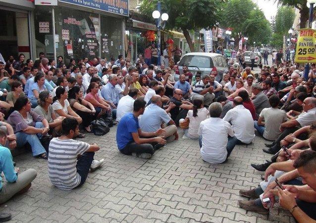 Mersin'de bir grup HDP'li, Şırnak'ın Cizre İlçesi'ndeki sokağa çıkma yasağını oturma eylemi yaparak protesto etti.