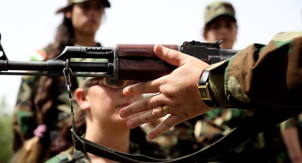 18 ila 30 yaş arasındaki Ezidi kadınlardan oluşan birliğe silah kullanımı hakkında bilgi verildi.