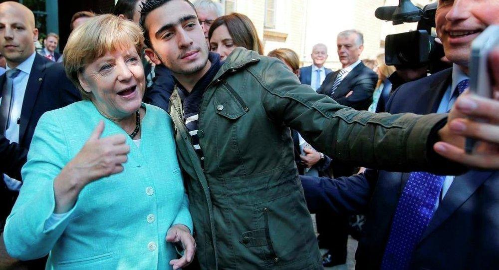 Yurttaki göçmenler, kendilerini ziyarete gelen Almanya Başbakanı Merkel'i selfie çekmeden bırakmadı.