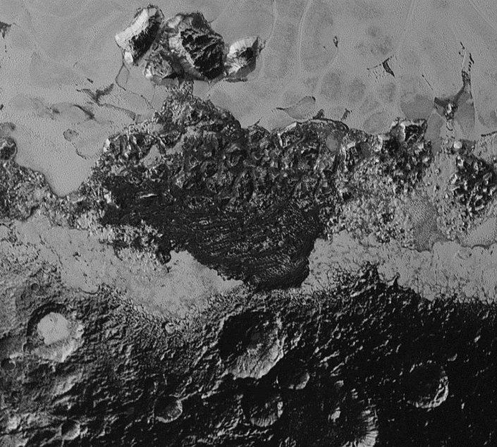 80 bin kilometre mesafeden çekilen fotoğraf, kraterlerin yoğun olduğu 350 km genişliğindeki bir alanı gösteriyor.