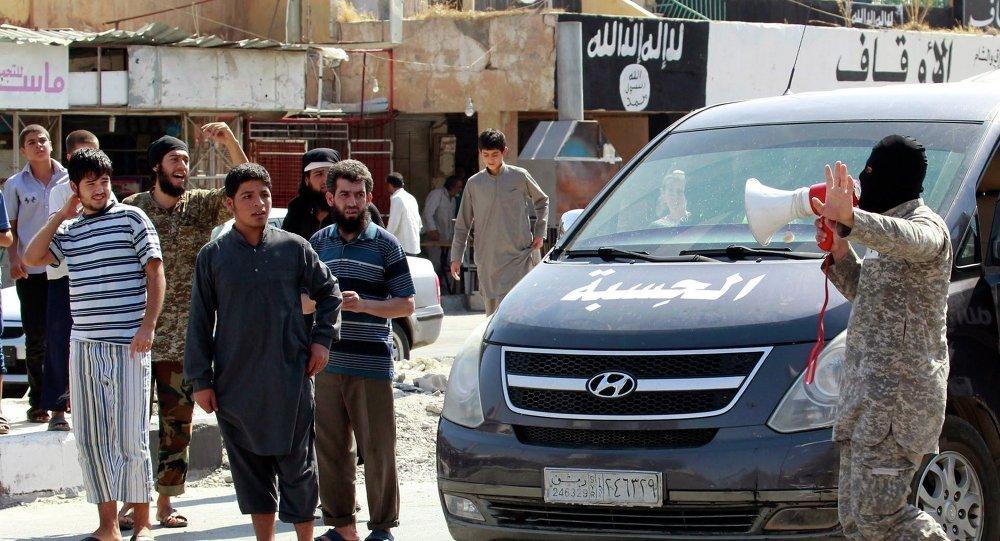 IŞİD militanlarıı, Suriye'nin Rakka kenti yakınındaki Takba askeri havaalanının kontrolünün örgütün eline geçtiğini yerel halka hoparlörlerle duyurdu.