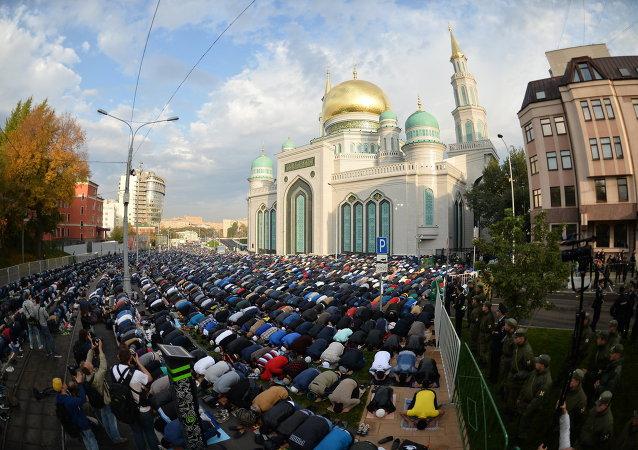 Moskova Ulu Camii'ndeki bayram namazı