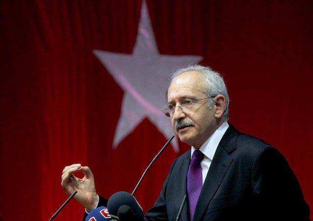 CHP Genel Başkanı Kemal Kılıçdaroğlu,1 Kasım'daki milletvekili genel seçimi öncesinde çıktığı Avrupa turunun Almanya ayağında son olarak Münih şehrinde bulunan DGB Haus Salonunda partililere hitap etti.