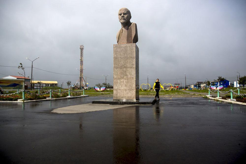 Kunaşir adasındaki Yujno-Kurilsk kentinde Vladimir Lenin heykeli.