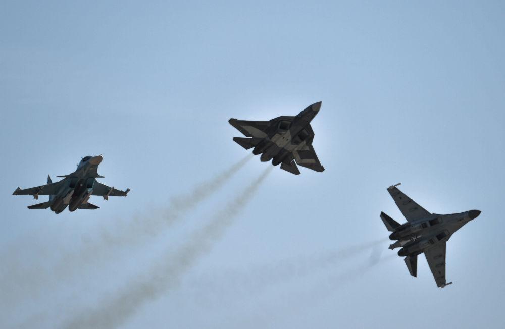 2015 MAKS Uluslararası Havacılık ve Uzay Fuarı açılışında Su-34, T-50 ve Su-35 uçakları.