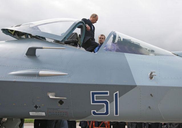 Vladimir Putin, 5. nesil savaş uçağı T-50 denemesi sırasında (2010).