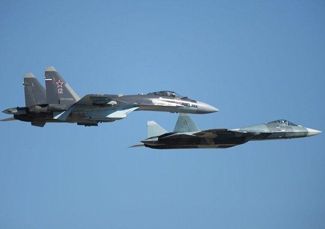 Su-35 ve T-50 uçağı