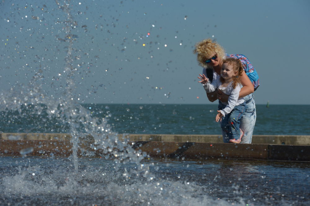Kerç sahilinde kadın ve çocuk.