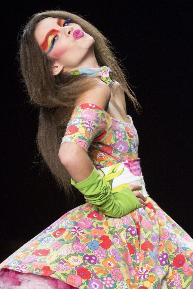 New York Fashion Week 2015 gösterimi sırasında bir model.