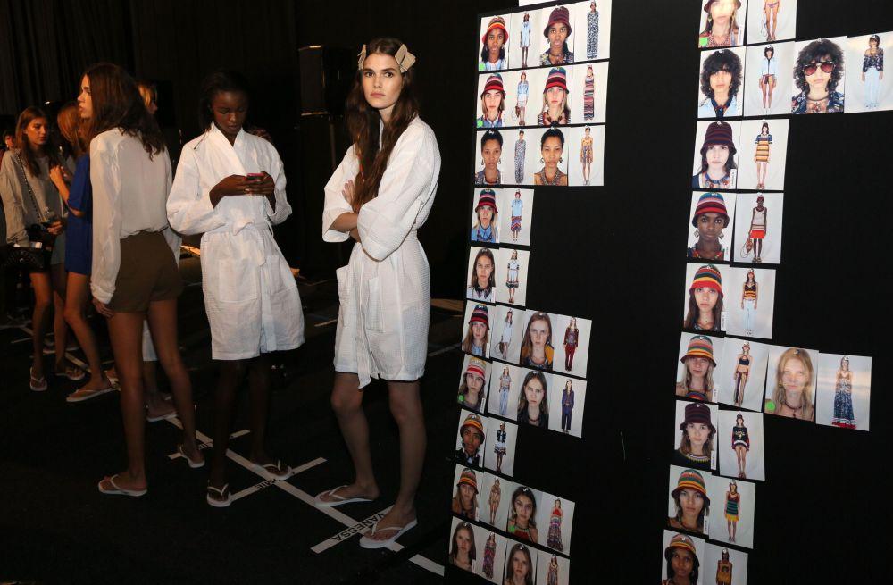 Modeller, Tommy Hilfiger koleksiyonun sunumu için podyum çıkışında beklerken.