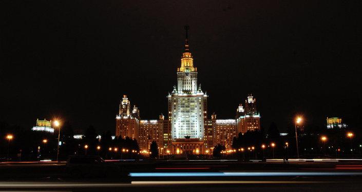 Moskova Devlet Üniversitesi gece manzarası.