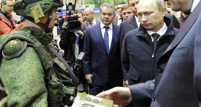 Putin, Ratnik modern ordu cihazını inceledi