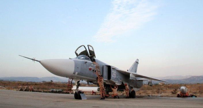 Teknik personel Suriye'deki Hmeimim Hava Üssü'ndeki Rus Su-24 jetlerinin  denetimini yapıyor / Fotojet